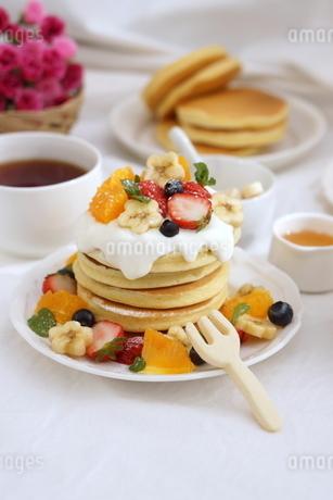 フルーツパンケーキの写真素材 [FYI01247463]