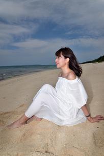 宮古島/冬のビーチでポートレート撮影の写真素材 [FYI01247708]