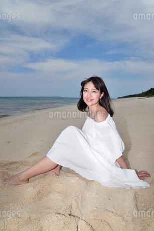 宮古島/冬のビーチでポートレート撮影の写真素材 [FYI01247709]