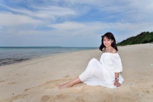 宮古島/冬のビーチでポートレート撮影の写真素材 [FYI01247711]