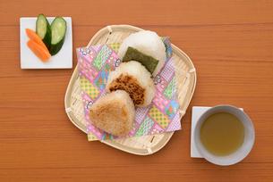 笊に和食のおにぎりの写真素材 [FYI01247808]