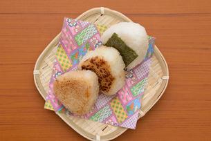 笊に和食のおにぎりの写真素材 [FYI01247810]