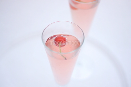 サクランボのシャンパンの写真素材 [FYI01247862]