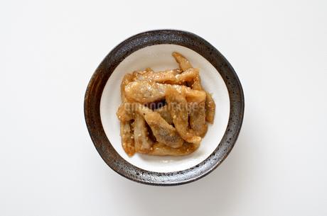 ゴボウの甘辛煮の写真素材 [FYI01247926]
