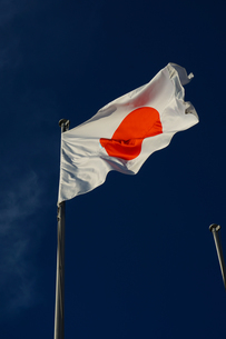 日本国国旗(日の丸)と青空の写真素材 [FYI01248045]