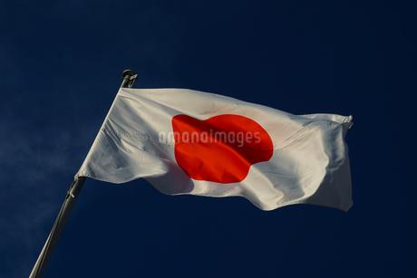日本国国旗(日の丸)と青空の写真素材 [FYI01248046]
