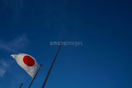 日本国国旗(日の丸)と青空の写真素材 [FYI01248047]