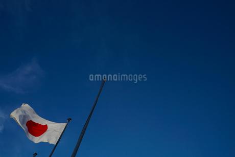日本国国旗(日の丸)と青空の写真素材 [FYI01248048]