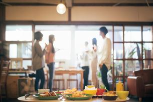 ホームパーティー。複数の男女。料理にピント合わせの写真素材 [FYI01248104]