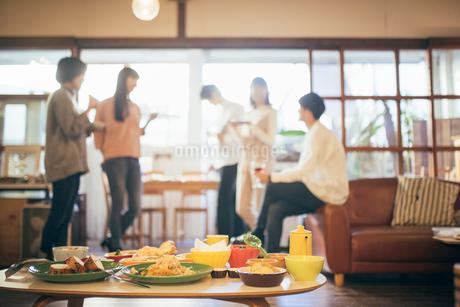 ホームパーティー。複数の男女。料理にピント合わせの写真素材 [FYI01248105]