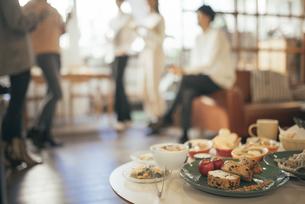 ホームパーティー。複数の男女。料理にピント合わせの写真素材 [FYI01248107]