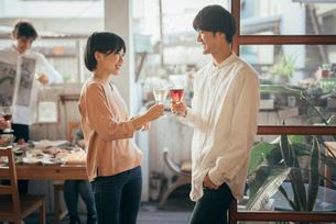 ホームパティーで笑顔で乾杯する男女。(アップ)の写真素材 [FYI01248116]