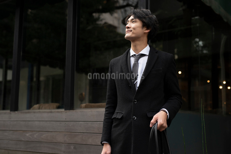 ビジネスマン。鞄を持って斜め右を眺めるの写真素材 [FYI01248233]