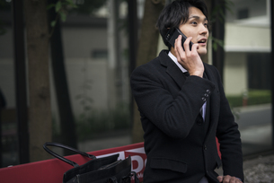 電話中。閃き。問題解決しそうなスーツを着た男性の写真素材 [FYI01248277]