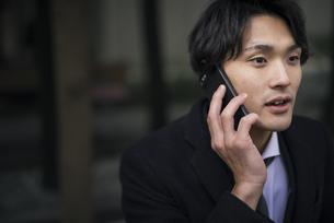 電話中。スーツを着た男性の写真素材 [FYI01248278]