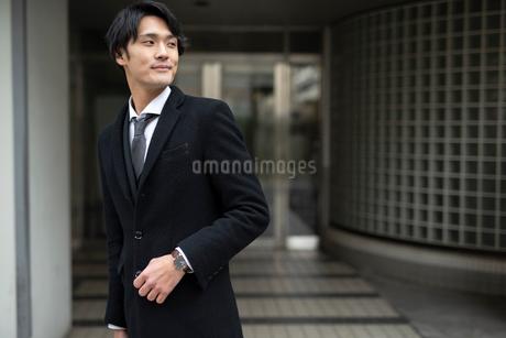 微笑み。会社の外に出たサラリーマン。の写真素材 [FYI01248295]