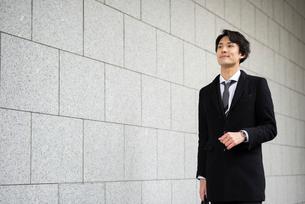 壁沿い。歩いているビジネスマンの写真素材 [FYI01248298]