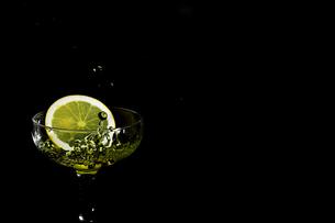 グラスの中のスプラッシュの写真素材 [FYI01248302]