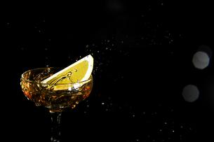 グラスの中のスプラッシュの写真素材 [FYI01248304]