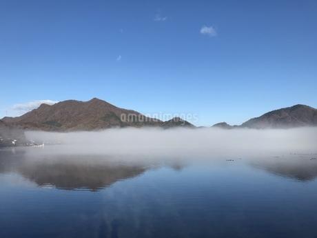 霧の榛名湖の写真素材 [FYI01248400]