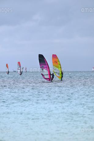 宮古島/前浜のサーフィンの写真素材 [FYI01248597]