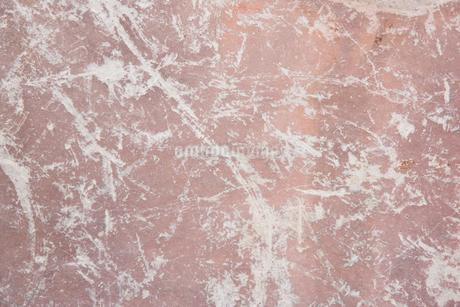 白い線の入った茶色の岩の表面の写真素材 [FYI01248710]