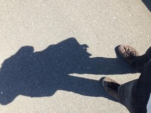 地面に映る影の写真素材 [FYI01248877]