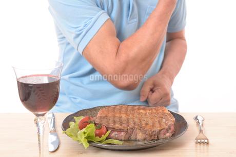 ステーキを食べて健康体のシニアの写真素材 [FYI01248954]
