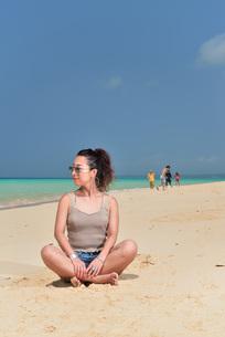 宮古島/前浜ビーチでポートレート撮影の写真素材 [FYI01249188]