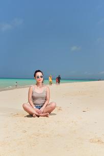 宮古島/前浜ビーチでポートレート撮影の写真素材 [FYI01249191]