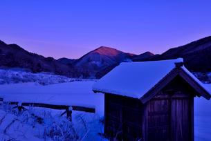 田舎の朝雪景色の写真素材 [FYI01249296]