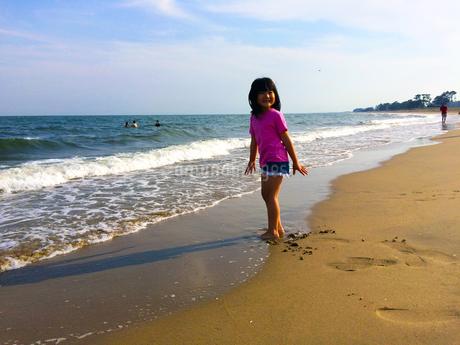 波打ち際の女の子の写真素材の写真素材 [FYI01249348]