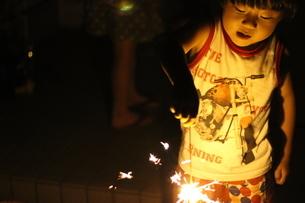 花火をする男の子の写真素材 [FYI01249367]