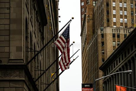 ニューヨーク・ウォール街と星条旗の写真素材 [FYI01249450]