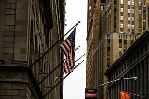 ニューヨーク・ウォール街と星条旗の写真素材 [FYI01249453]