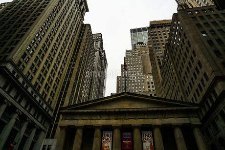 ニューヨーク・ウォール街の街並みの写真素材 [FYI01249467]
