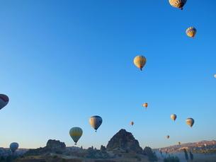 空に飛び立つ気球の写真素材 [FYI01249511]
