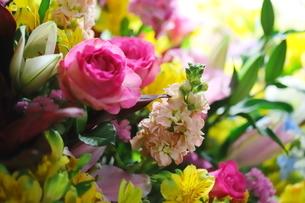 カラフルな花束 バラや小花の写真素材 [FYI01249552]