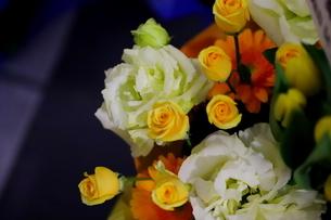 カラフルな花束 バラや小花の写真素材 [FYI01249565]