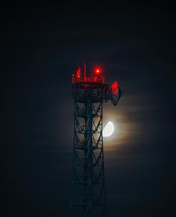 鉄塔と月の写真素材 [FYI01249600]
