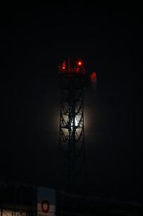 鉄塔と月の写真素材 [FYI01249601]