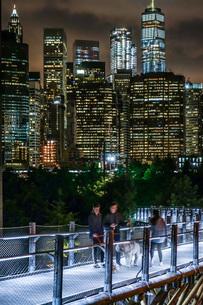 ニューヨーク・マンハッタンの夜景と人々の写真素材 [FYI01249613]