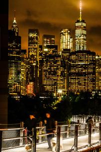 ニューヨーク・マンハッタンの夜景と人々の写真素材 [FYI01249614]