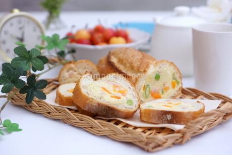 ポテトサラダのスタッフドバゲットの写真素材 [FYI01249710]