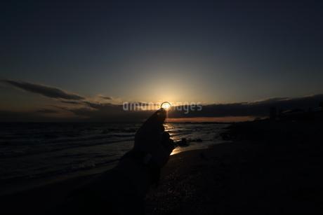 指輪に夕日が差し込むの写真素材 [FYI01249801]