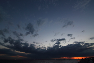 稲毛海浜公園からみた夕焼けの東京湾の写真素材 [FYI01249804]