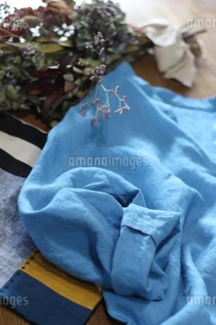 リネンの洋服のディスプレイ2の写真素材 [FYI01249823]