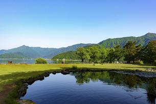 新緑の季節の山と池の写真素材 [FYI01249997]
