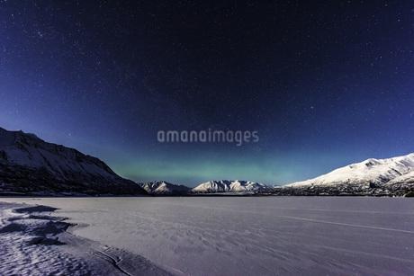 アラスカの山とオーロラの写真素材 [FYI01250058]