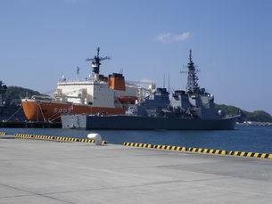 【横須賀】南極観測船しらせを臨むの写真素材 [FYI01250147]